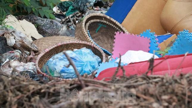 Bãi rác tự phát khổng lồ kéo dài trên đoạn đường 'trăm tỷ' ở Hà Nội ảnh 9