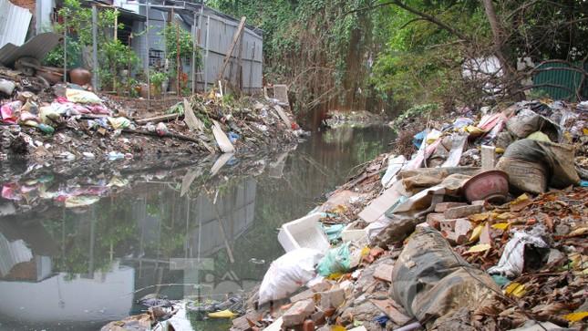Cận cảnh những dòng sông 'đen' chảy giữa nội thành Hà Nội ảnh 13