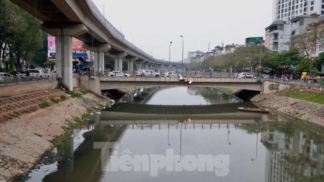 Cận cảnh những dòng sông 'đen' chảy giữa nội thành Hà Nội ảnh 7
