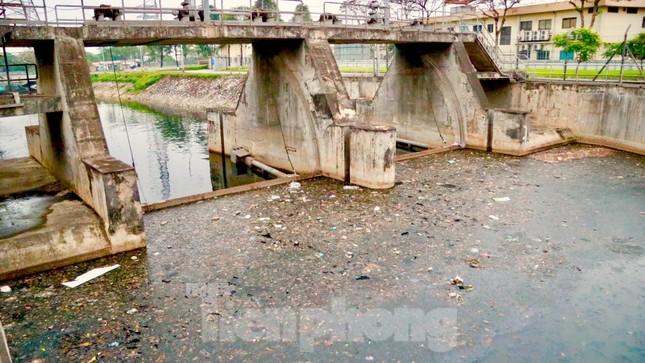 Cận cảnh những dòng sông 'đen' chảy giữa nội thành Hà Nội ảnh 1