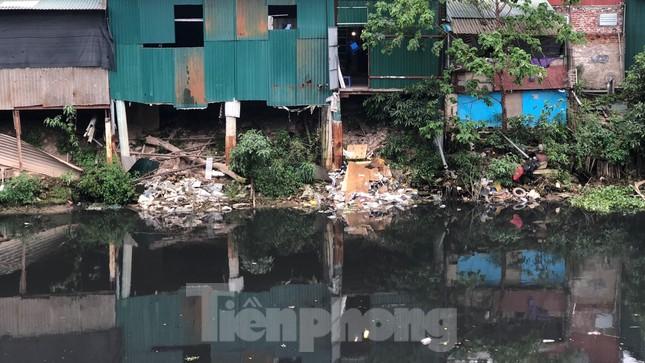 Cận cảnh những dòng sông 'đen' chảy giữa nội thành Hà Nội ảnh 11