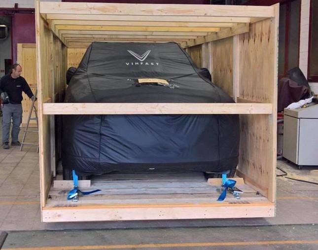 Mẫu sedan của Vinfast nằm trong thùng gỗ
