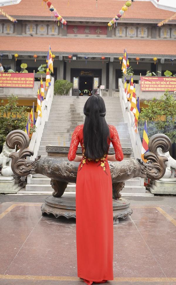 Khánh My diện áo dài đỏ rực rỡ lễ chùa đầu năm ảnh 8