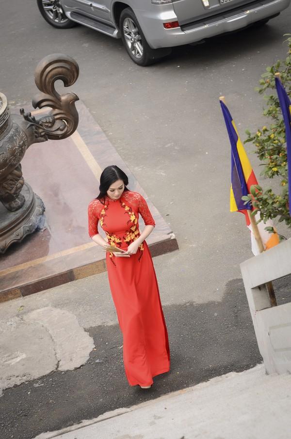 Khánh My diện áo dài đỏ rực rỡ lễ chùa đầu năm ảnh 9