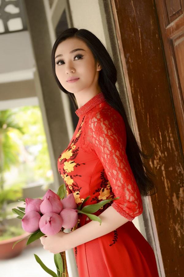 Khánh My diện áo dài đỏ rực rỡ lễ chùa đầu năm ảnh 10