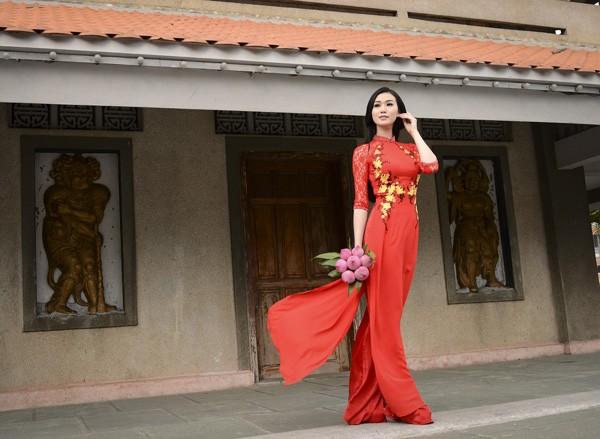 Khánh My diện áo dài đỏ rực rỡ lễ chùa đầu năm ảnh 5