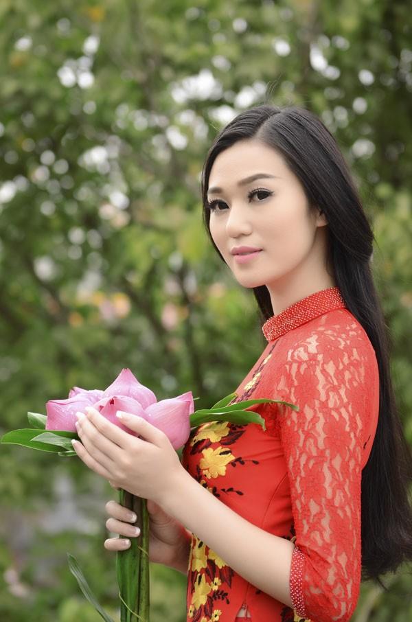 Khánh My diện áo dài đỏ rực rỡ lễ chùa đầu năm ảnh 6