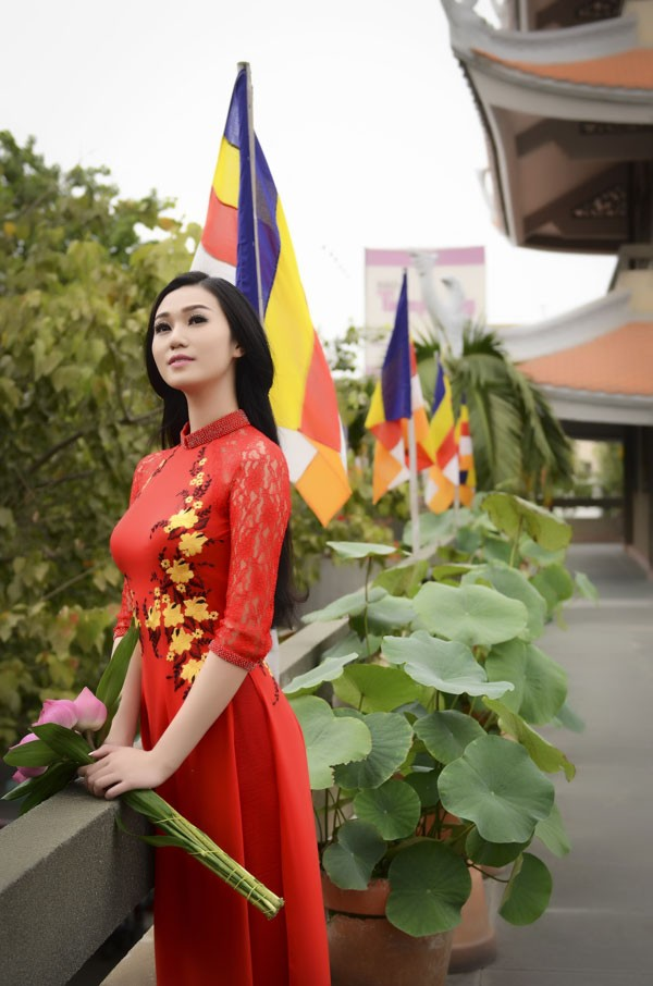 Khánh My diện áo dài đỏ rực rỡ lễ chùa đầu năm ảnh 7