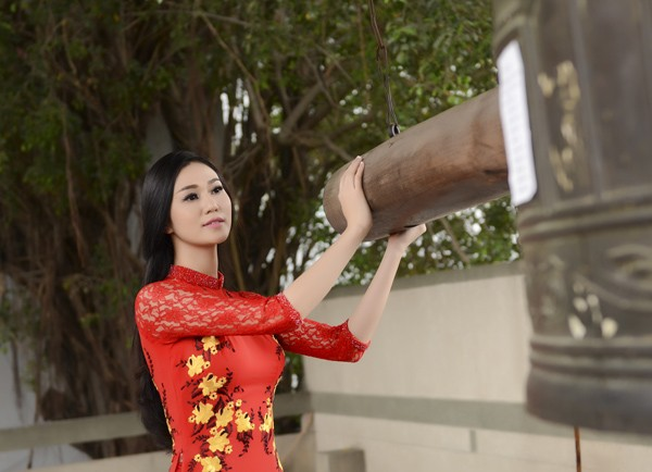 Khánh My diện áo dài đỏ rực rỡ lễ chùa đầu năm ảnh 4