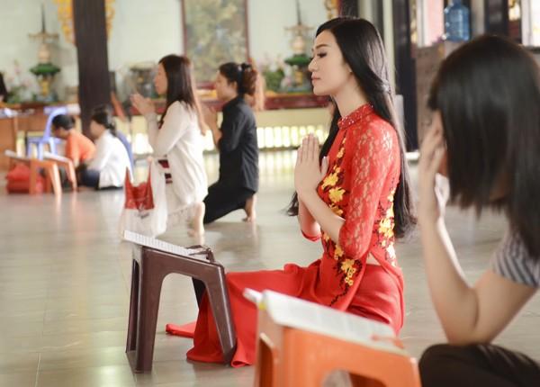 Khánh My diện áo dài đỏ rực rỡ lễ chùa đầu năm ảnh 3
