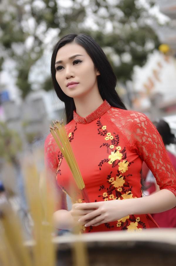 Khánh My diện áo dài đỏ rực rỡ lễ chùa đầu năm ảnh 1
