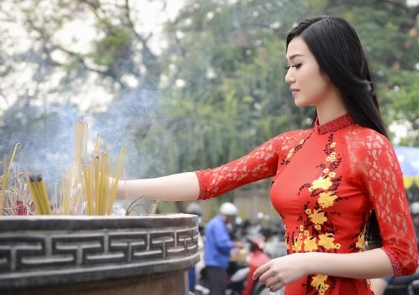 Khánh My diện áo dài đỏ rực rỡ lễ chùa đầu năm ảnh 2