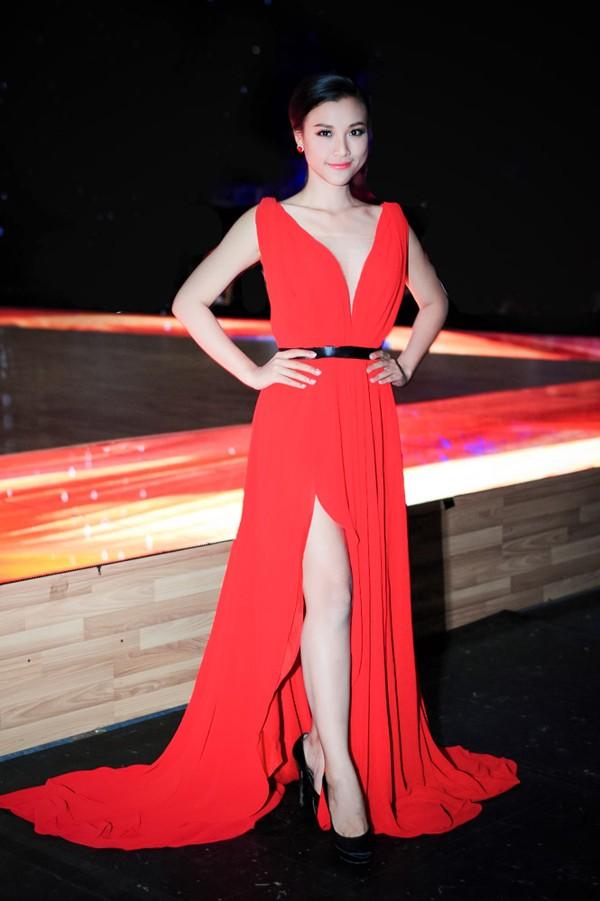 Hoàng Oanh mặc váy xẻ sâu hút gợi cảm ảnh 3