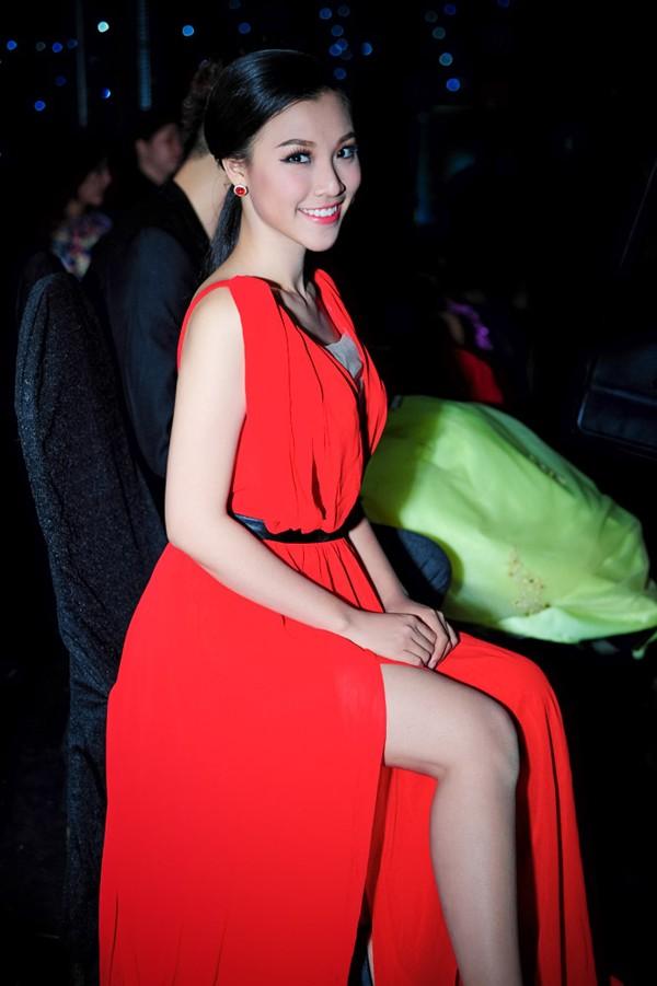 Hoàng Oanh mặc váy xẻ sâu hút gợi cảm ảnh 7