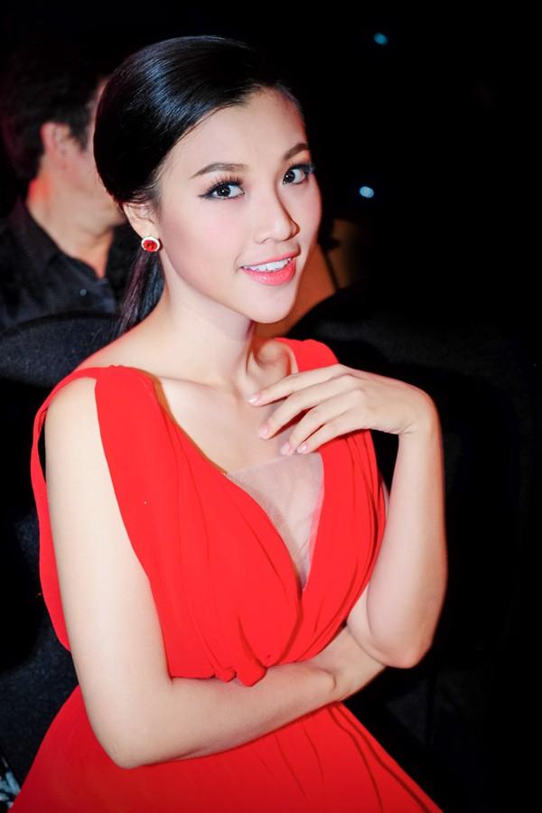 Hoàng Oanh mặc váy xẻ sâu hút gợi cảm ảnh 10