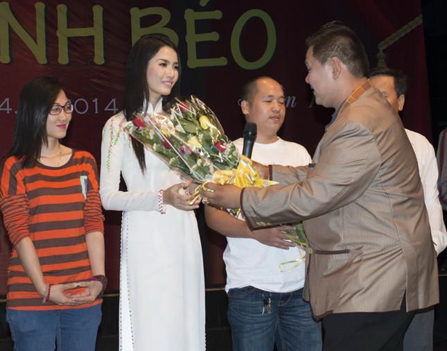 Phan Thị Mơ mặc áo dài, đội mưa làm từ thiện ảnh 6