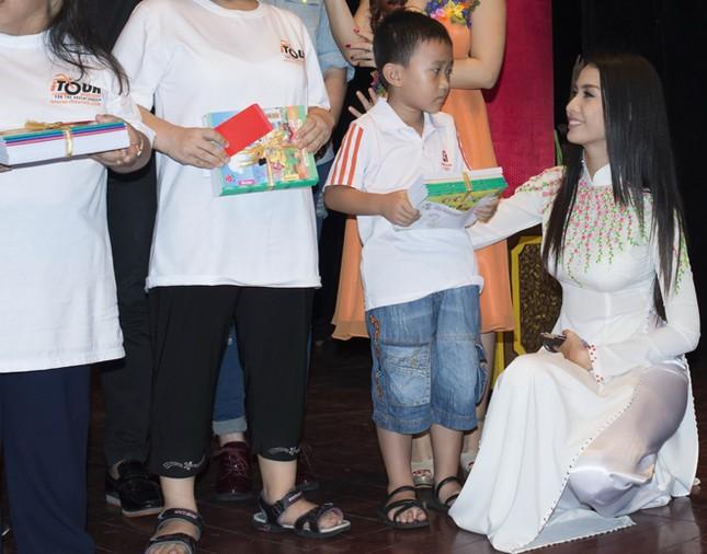 Phan Thị Mơ mặc áo dài, đội mưa làm từ thiện ảnh 10
