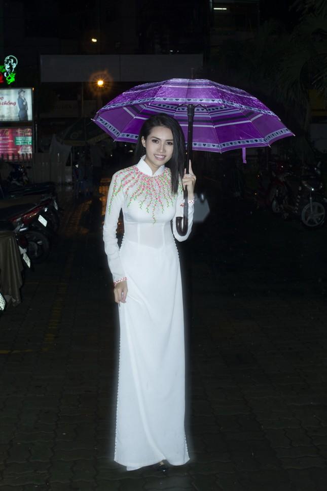 Phan Thị Mơ mặc áo dài, đội mưa làm từ thiện ảnh 2