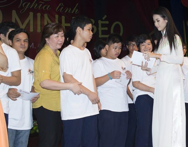 Phan Thị Mơ mặc áo dài, đội mưa làm từ thiện ảnh 9