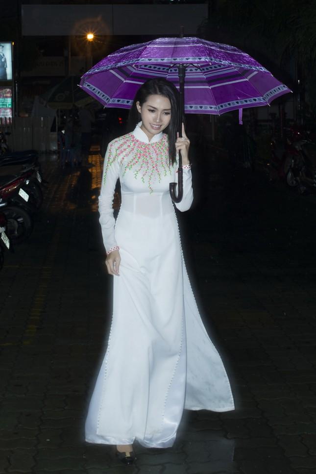 Phan Thị Mơ mặc áo dài, đội mưa làm từ thiện ảnh 1