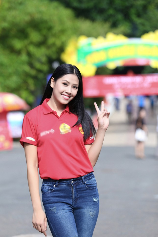 Nguyễn Thị Loan rực rỡ áo đỏ tình nguyện vận động hiến máu ảnh 2