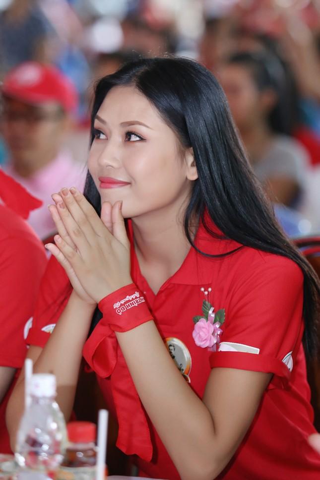 Nguyễn Thị Loan rực rỡ áo đỏ tình nguyện vận động hiến máu ảnh 5