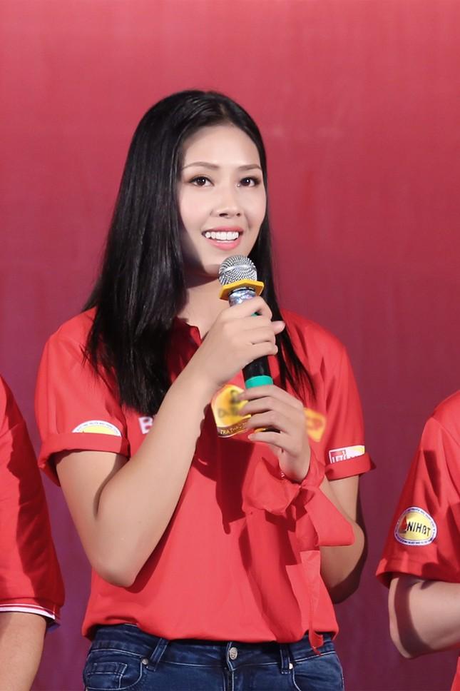 Nguyễn Thị Loan rực rỡ áo đỏ tình nguyện vận động hiến máu ảnh 6
