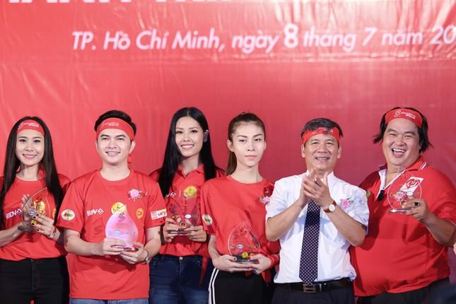 Nguyễn Thị Loan rực rỡ áo đỏ tình nguyện vận động hiến máu ảnh 9