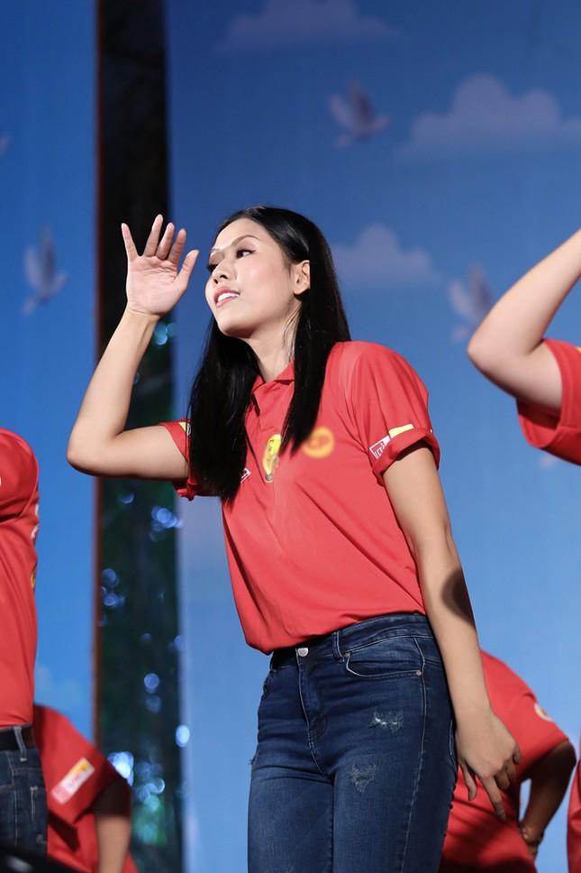 Nguyễn Thị Loan rực rỡ áo đỏ tình nguyện vận động hiến máu ảnh 8