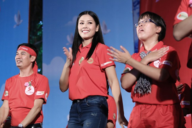 Nguyễn Thị Loan rực rỡ áo đỏ tình nguyện vận động hiến máu ảnh 7