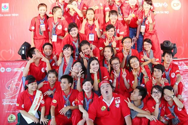Nguyễn Thị Loan rực rỡ áo đỏ tình nguyện vận động hiến máu ảnh 10