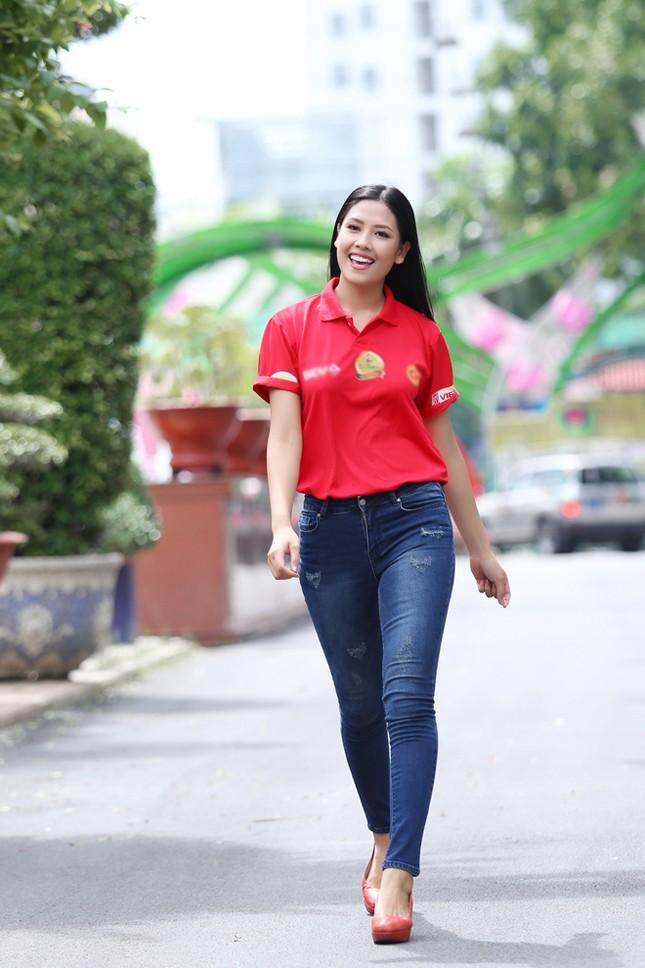 Nguyễn Thị Loan rực rỡ áo đỏ tình nguyện vận động hiến máu ảnh 1