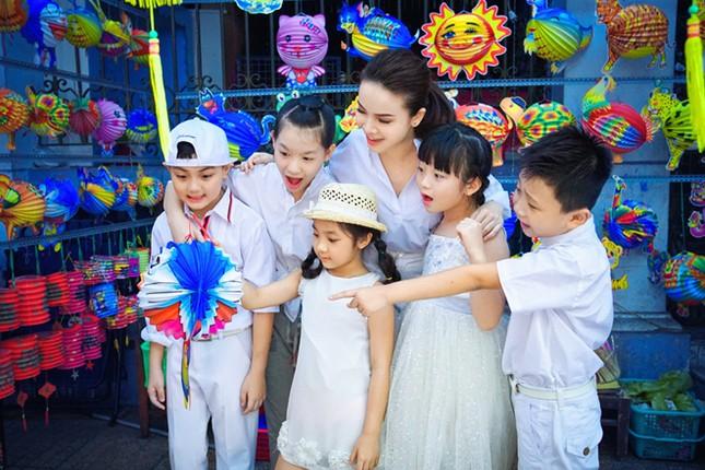 Yến Trang đưa học trò 'nhí' chơi phố đèn lồng ảnh 1