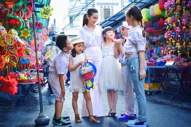 Yến Trang đưa học trò 'nhí' chơi phố đèn lồng ảnh 2
