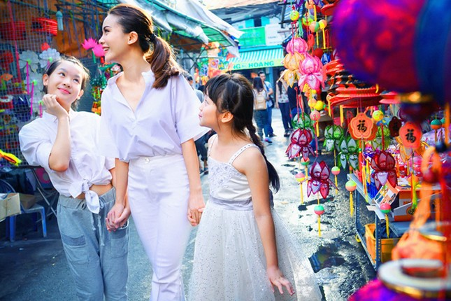 Yến Trang đưa học trò 'nhí' chơi phố đèn lồng ảnh 3
