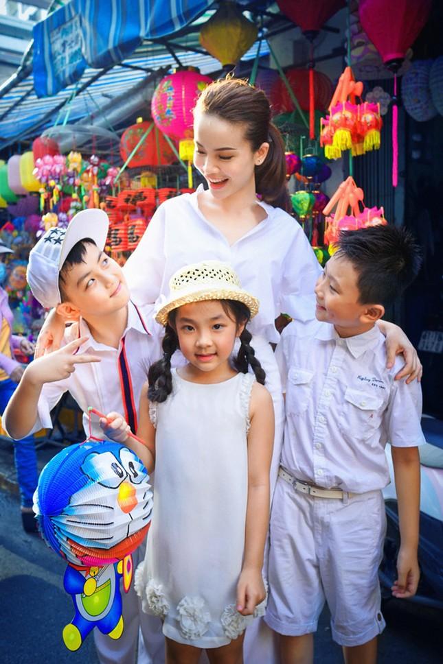 Yến Trang đưa học trò 'nhí' chơi phố đèn lồng ảnh 4