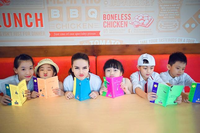 Yến Trang đưa học trò 'nhí' chơi phố đèn lồng ảnh 7