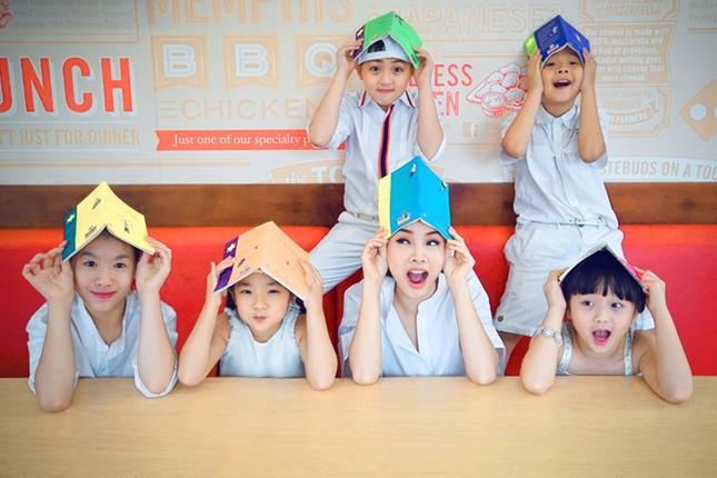 Yến Trang đưa học trò 'nhí' chơi phố đèn lồng ảnh 8