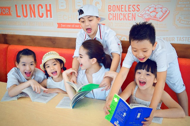 Yến Trang đưa học trò 'nhí' chơi phố đèn lồng ảnh 6