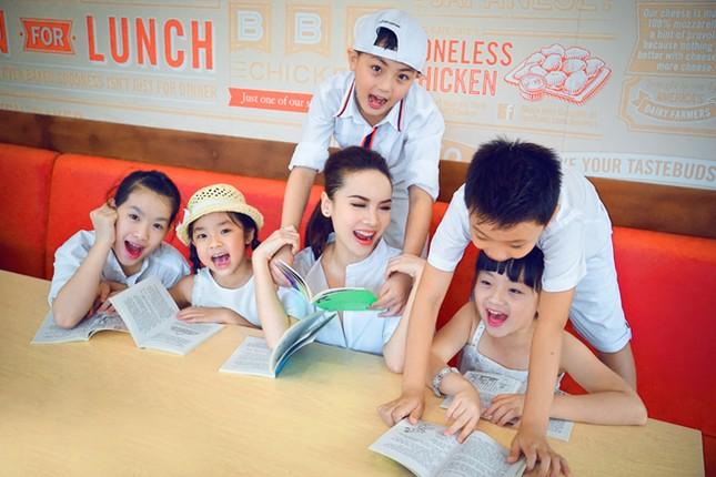 Yến Trang đưa học trò 'nhí' chơi phố đèn lồng ảnh 9