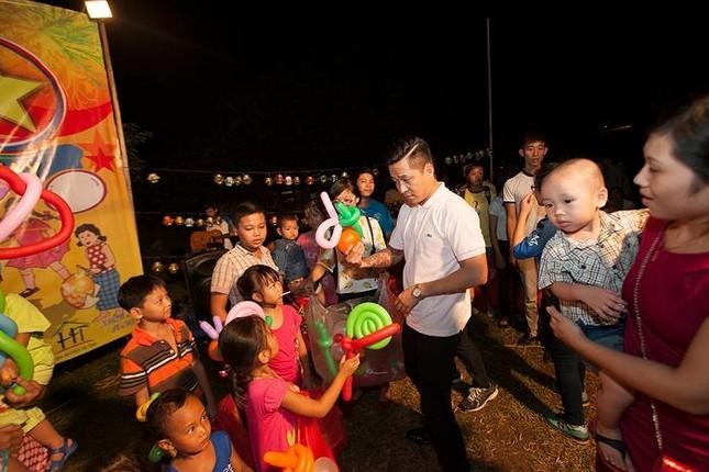 Tuấn Hưng phá cỗ trung thu cùng trẻ em nghèo ảnh 5