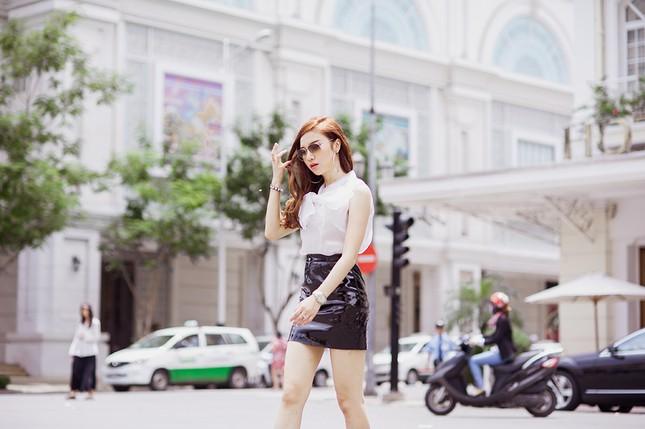 Hotgirl Hạnh Sino khoe chân dài trong nắng Sài Gòn ảnh 3