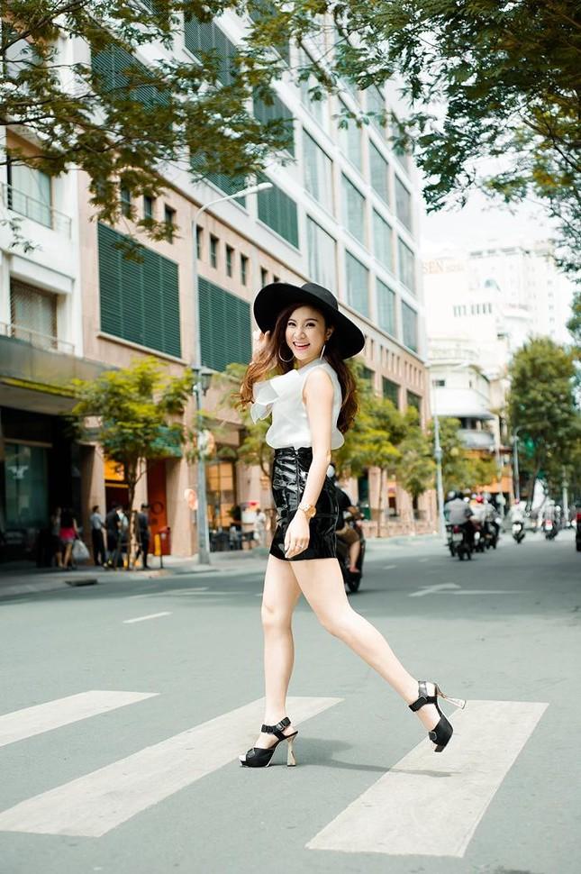 Hotgirl Hạnh Sino khoe chân dài trong nắng Sài Gòn ảnh 8