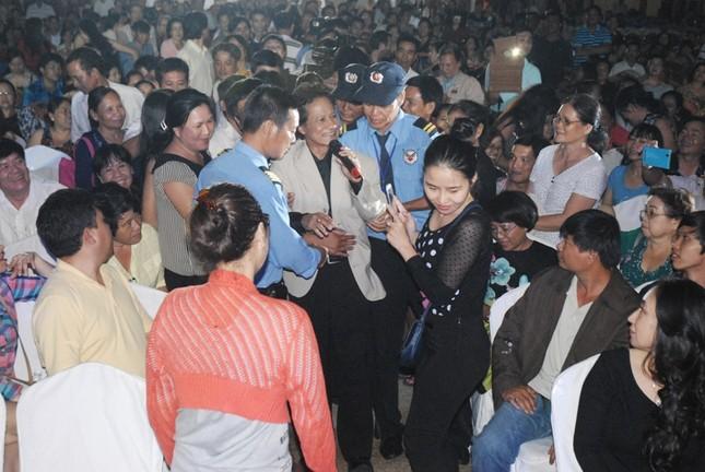 Chế Linh 'nghẹt thở' trong vòng vây khán giả tại Bình Dương ảnh 2