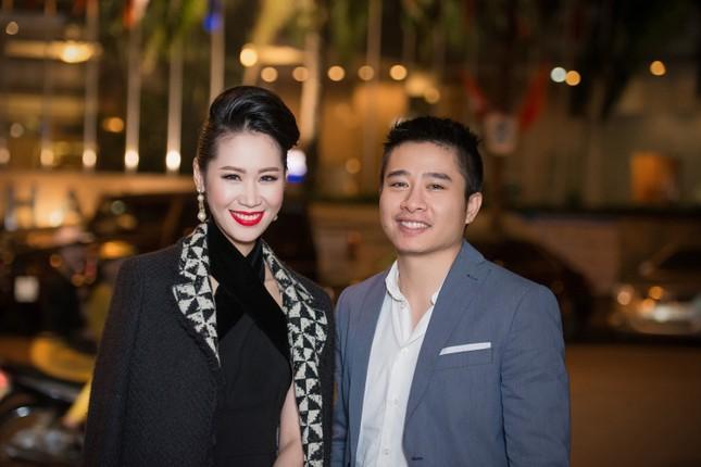 Dương Thùy Linh lưng trần gợi cảm cùng chồng dự tiệc ảnh 3