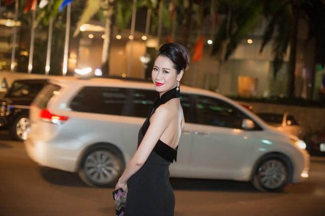 Dương Thùy Linh lưng trần gợi cảm cùng chồng dự tiệc ảnh 1