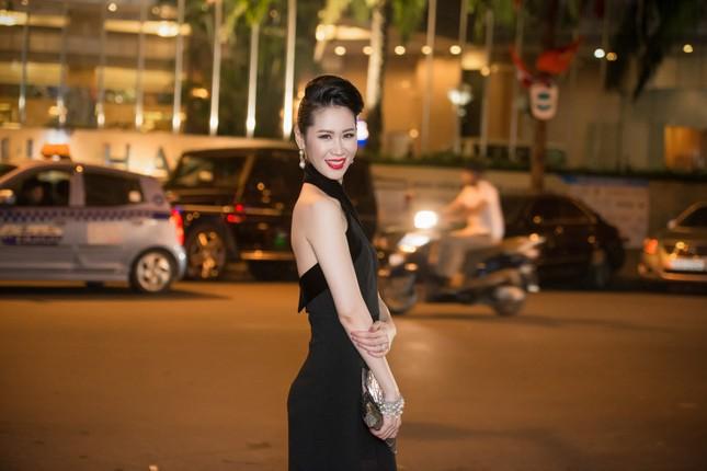 Dương Thùy Linh lưng trần gợi cảm cùng chồng dự tiệc ảnh 2