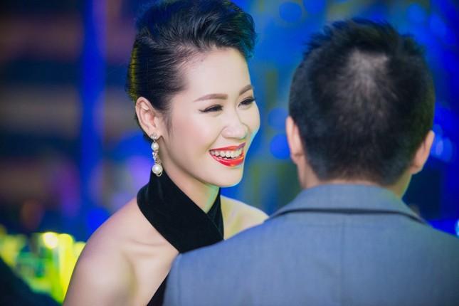 Dương Thùy Linh lưng trần gợi cảm cùng chồng dự tiệc ảnh 4