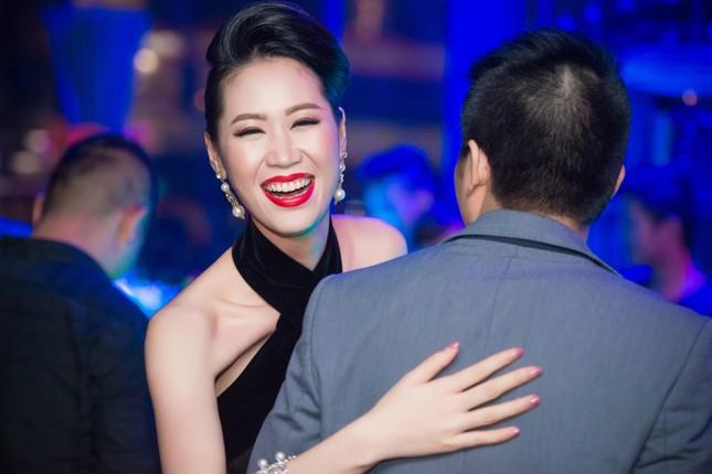 Dương Thùy Linh lưng trần gợi cảm cùng chồng dự tiệc ảnh 6