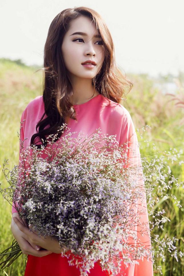 Hoa hậu Thu Thảo đẹp như 'tiên nữ' giữa cánh đồng hoa ảnh 1